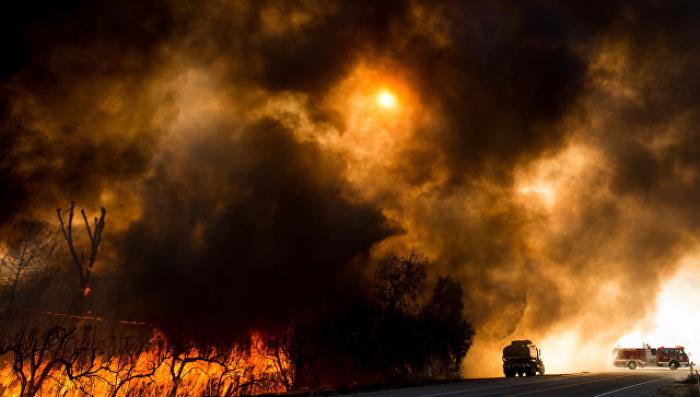На западе США бушуют мощные лесные пожары