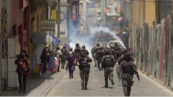 Боливияда дәрігерлер шеруге шығып, полициямен қақтығысты