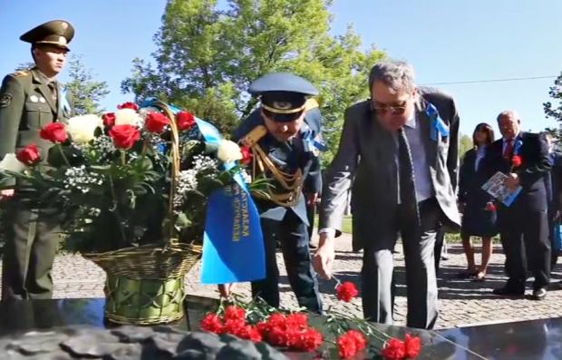 Беларусьте соғыс жылдары қаза тапқан қазақстандықтардың стелласына гүл шоқтары қойылды