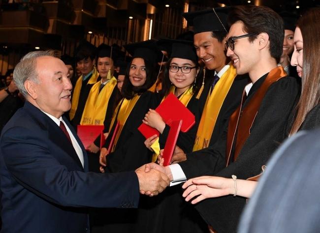Президент Казахстана принял участие в церемонии вручения дипломов  Президент Казахстана принял участие в церемонии вручения дипломов студентам Назарбаев Университета